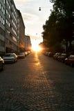 europeisk smal parkerad gata för bilar Royaltyfria Foton