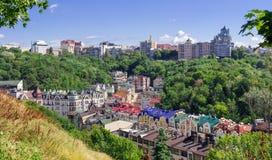 Europeisk stadpanorama färgrika tak Fotografering för Bildbyråer