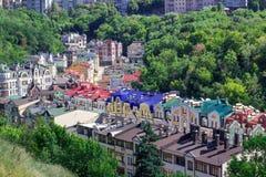 Europeisk stadpanorama färgrika tak Arkivbild