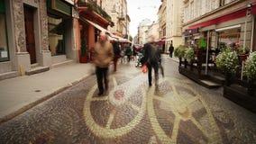 Europeisk stadsgata med folktidschackningsperiod och flyttning för klockamekanismbegrepp stock video