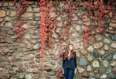 Europeisk stil för ovanligt mode för fräknekvinna stads- Royaltyfri Foto