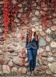 Europeisk stil för ovanligt mode för fräknekvinna stads- Fotografering för Bildbyråer