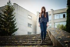Europeisk stil för ovanligt mode för kvinna stads- Fotografering för Bildbyråer