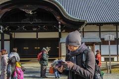 Europeisk turist att få borttappat och studera översikten arkivbild
