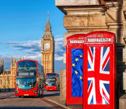 Europeisk union och brittisk facklig flagga på telefonbås mot Big Ben i London, England, UK, staget eller tjänstledigheter, Brexi Fotografering för Bildbyråer