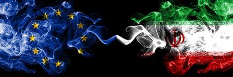 Europeisk union vs Iran, iranska rökflaggor förlade sidan - vid - sidan Tjocka kulöra silkeslena rökflaggor av EU och Iran so vektor illustrationer