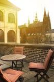 Europeisk utomhus- gatarestaurang, loppbegrepp, ferie, sol Royaltyfri Foto
