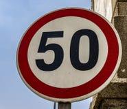 Europeisk vägmärkehastighetsbegränsning 50 royaltyfri bild
