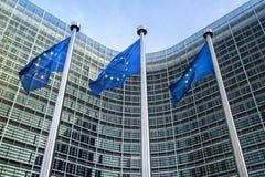 Europeiska fackliga flaggor nära den europeiska kommissionen Arkivbilder