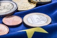 Europeiska flagga- och europengar Mynt och europeisk valuta för sedlar som läggas fritt på Euren Arkivfoton