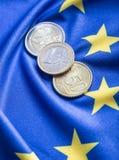 Europeiska flagga- och europengar Mynt och europeisk valuta för sedlar som läggas fritt på Euren Royaltyfri Foto