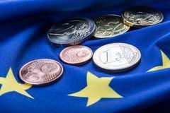 Europeiska flagga- och europengar Mynt och europeisk valuta för sedlar som läggas fritt på Euren Royaltyfri Fotografi