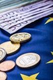 Europeiska flagga- och europengar Mynt och europeisk valuta för sedlar som läggas fritt på Euren Arkivbilder