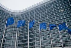 Europeiska kommissionen med EU-flaggor Royaltyfria Bilder
