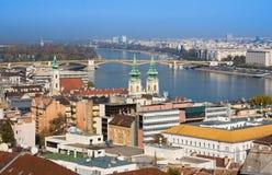 europeiska landmarks Panoramautsikt av Budapest med klockatorn av kyrkan och parlamentet för St Anne ` s royaltyfria foton