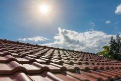 Europeiska splitterny orange Clay Roof Tiles Sunshine Outside Dayti arkivfoto