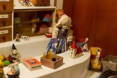 Europeiska tappningleksaker - porslindocka 1/12-seller i ett leksaklager arkivbild