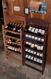 Europeiska traditionella hyllor med vinflaskor Royaltyfri Fotografi