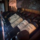 Europeiska traditionella hyllor med vinflaskor Arkivbild