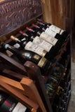 Europeiska traditionella hyllor med vinflaskor Arkivbilder