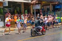 Europeiska turister firar det traditionella thailändska nya året, hällt vatten Songkran festival Arkivbilder