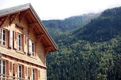 Europeiskt alpint skidar chalethotellet, sikten av fjällängarna i avstånd royaltyfri foto
