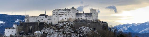europeiskt berg för stad nära gammal vinter arkivbild