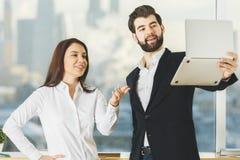 Europeiskt folk som använder bärbara datorn royaltyfri bild