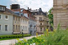 Europeiskt gammalt gata- och hotelltecken för forntida stad arkivbild