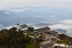Europeiskt hus ovanför molnen arkivfoton