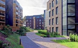 Europeiskt komplex av bostads- byggnader för lägenhet arkivfoton