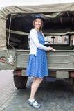 Europeiskt kvinnaanseende mot den militära jeepen Arkivfoto