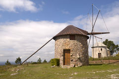 Europeiskt landskap med Retro Rocky Mills - ferier royaltyfria bilder
