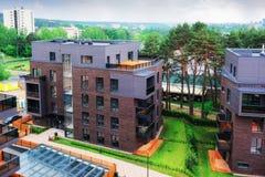 Europeiskt modernt bostads- byggnadskomplex arkivbild