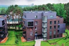 Europeiskt modernt komplex för bostads- byggnader arkivbilder