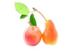 Europeiskt päron och rött äpple på en ljus bakgrund Arkivfoto