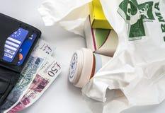 Europeiskt sjukförsäkringkort i en plånbok tillsammans med ett pund sterling för flera pund och mediciner i en påse, begrepp av m royaltyfri fotografi