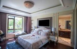 Europeiskt sovrum i en herrgård Arkivfoto