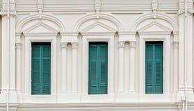 Europeiskt stilfönster med gröna slutare arkivbilder