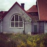 Europeiskt stilhus med tegelplattataket Fotografering för Bildbyråer