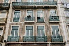 europeiskt traditionellt för arkitektur Det härliga gamla huset dekorerade med traditionella antika tegelplattor på gatan i Lissa royaltyfria foton