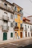europeiskt traditionellt för arkitektur Härliga gamla hus på gatan i Lissabon i Portugal royaltyfri bild