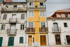 europeiskt traditionellt för arkitektur Härliga gamla hus på gatan i Lissabon i Portugal royaltyfri foto