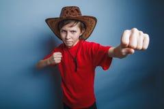 Europeiskt utseende för pojketonåring i en cowboyhatt royaltyfri foto