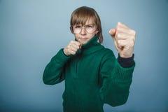 Europeiskt utseende för pojketonåring i solglasögon arkivfoto