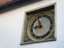 europejczycy Ściana z starym zegarem Słońce i niebo jesteśmy na zegarowej twarzy Średniowieczny ornament jest na zegarze zdjęcia royalty free