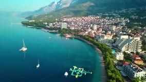 europejczycy Chorwacja Makarska Wyrzucać na brzeg z zielonymi sosnami i morzem z turkus wodą zbiory