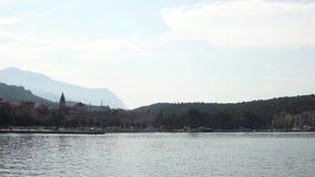 europejczycy Chorwacja Widok miasteczko Makarska od dennego letniego dnia zdjęcie wideo