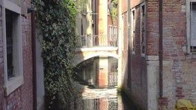 europejczycy Włochy Wenecja Piękna wąska ulica i most nad kanałem w Wenecja zbiory