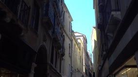europejczycy Włochy Wenecja Wrzesień 2018 Fasady tradycyjni Włoscy domy na wąskiej ulicie zdjęcie wideo
